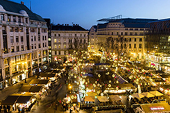 Megnyitott a jubileumi, 20. Vörösmarty téri karácsonyi vásár